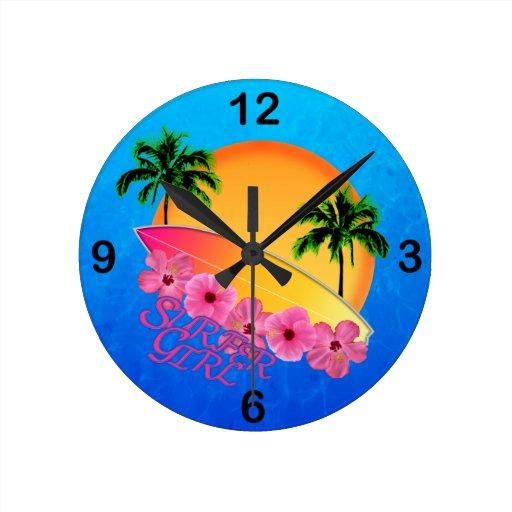 Chica de la persona que practica surf reloj redondo mediano