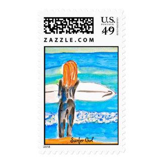 Chica de la persona que practica surf sellos postales