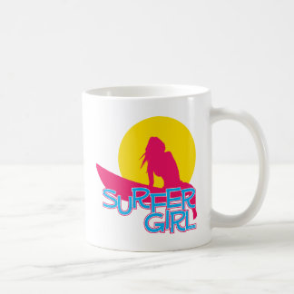 Chica de la persona que practica surf taza de café