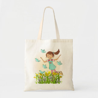 Chica de la primavera que persigue el melocotón y bolsas de mano