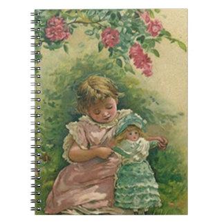 Chica de la rosaleda del vintage con el cuaderno d
