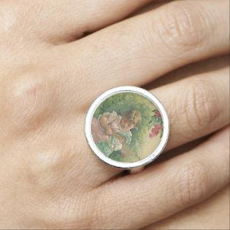 Chica de la rosaleda del vintage con la muñeca anillo con foto