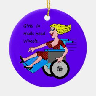 Chica de la silla de ruedas en talones adorno navideño redondo de cerámica