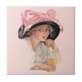 Chica de la soda que sorbe en gorra teja  ceramica