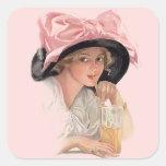 Chica de la soda que sorbe en gorra pegatina cuadrada