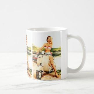 Chica de la vespa del bikini taza básica blanca