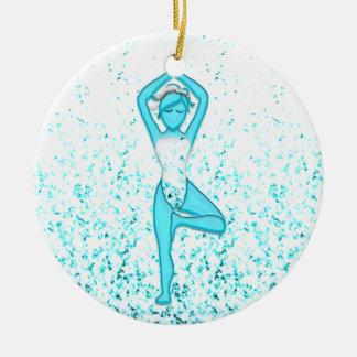 Chica de la yoga adorno navideño redondo de cerámica