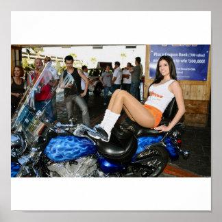 Chica de las sirenas en la bici poster