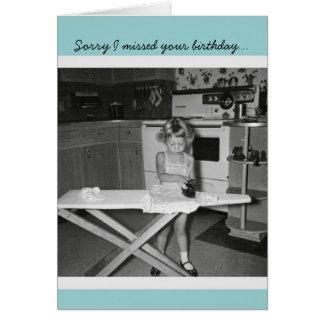 Chica de los años 50 del vintage que plancha feliz tarjeta de felicitación