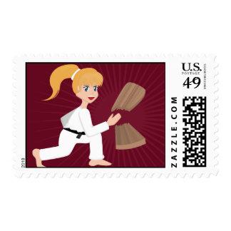 Chica de los artes marciales que rompe sellos del