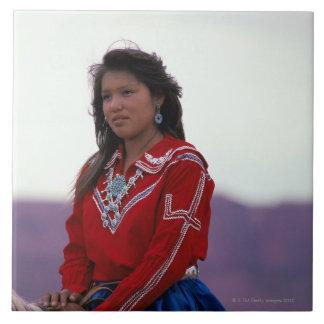 Chica de Navajo a caballo Azulejos