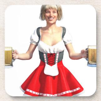 Chica de Oktoberfest con los Steins de la cerveza Posavasos