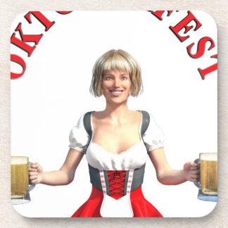 Chica de Oktoberfest con los steins y título de la Posavasos De Bebida
