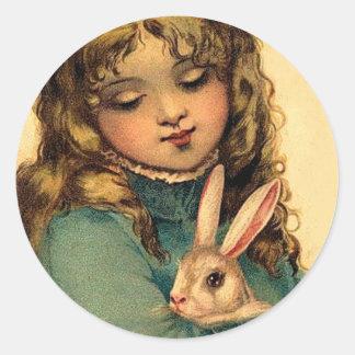 Chica de Pascua del vintage con el conejo de Pegatina Redonda