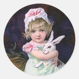 Chica de Pascua del vintage con el conejo de Pegatinas Redondas