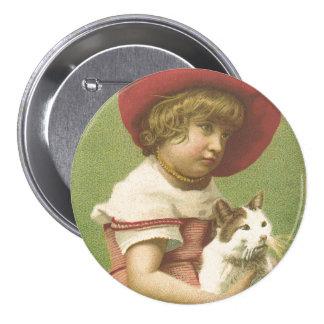 Chica de Red Hat que lleva a cabo una Ephemera del Pin Redondo 7 Cm