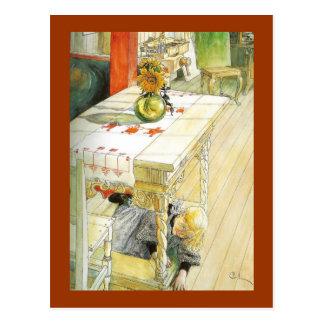 Chica debajo de una tabla de cocina postal