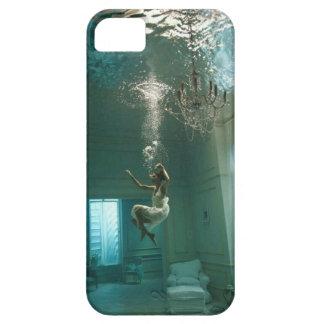 Chica debajo del caso del teléfono del agua i iPhone 5 funda