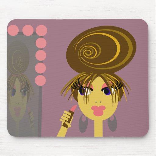 Chica del arte pop que pone en el maquillaje Mouse Alfombrillas De Raton
