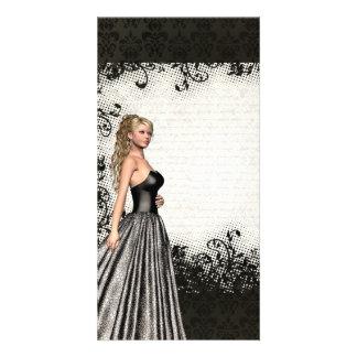 Chica del baile de fin de curso en un vestido negr tarjeta fotografica personalizada