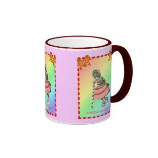 Chica del bastón de caramelo con el pan de jengibr tazas de café