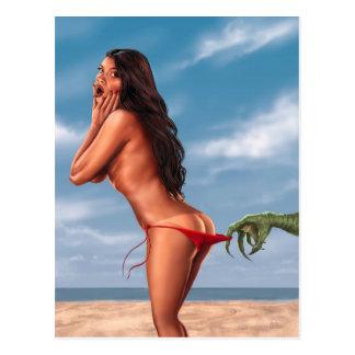 Chica del bikini y monstruo de mar tarjeta postal