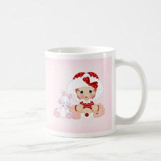 Chica del capo con el conejito taza de café