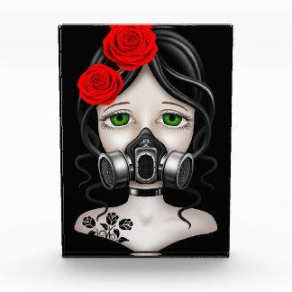 Chica del cazador del zombi con la careta antigás