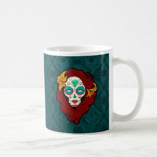 Chica del cráneo del azúcar con el pelo del rojo taza