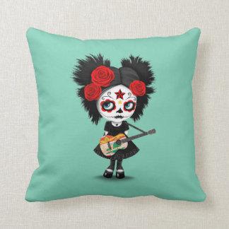 Chica del cráneo del azúcar que toca la guitarra cojín