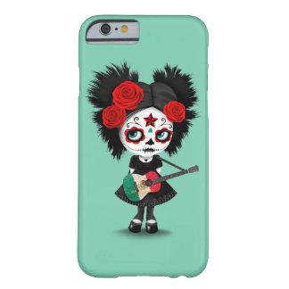 Chica del cráneo del azúcar que toca la guitarra funda barely there iPhone 6