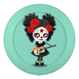 Chica del cráneo del azúcar que toca la guitarra paquete grande de tapa botones