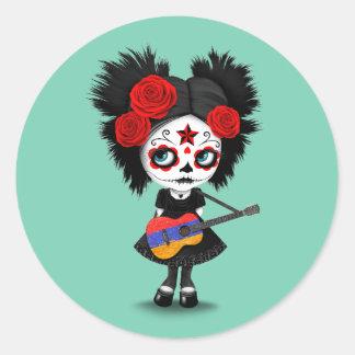 Chica del cráneo del azúcar que toca la guitarra pegatina redonda