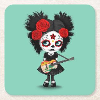 Chica del cráneo del azúcar que toca la guitarra posavasos personalizable cuadrado