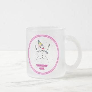 Chica del cumpleaños - chica de la nieve con el bo taza