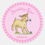 Chica del cumpleaños con los pequeños pegatinas pegatina redonda