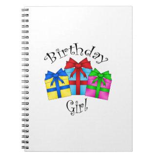 Chica del cumpleaños con los presentes libro de apuntes con espiral