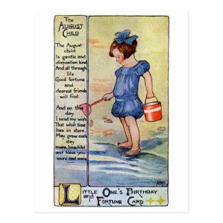 Chica del cumpleaños de agosto en la playa tarjetas postales
