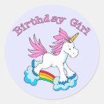Chica del cumpleaños del arco iris del unicornio etiqueta redonda