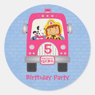 Chica del cumpleaños del coche de bomberos pegatina redonda