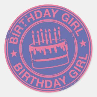 Chica del cumpleaños - efecto rosado del sello de pegatina redonda