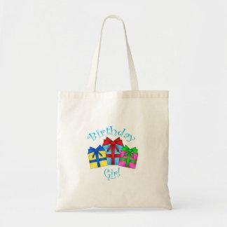 Chica del cumpleaños en azul con los presentes bolsa tela barata