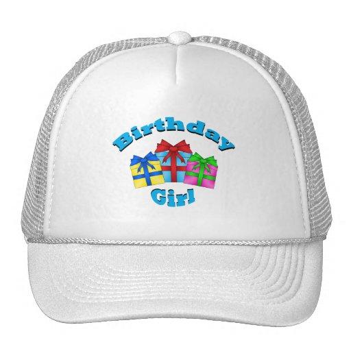 Chica del cumpleaños en azul con los presentes gorra