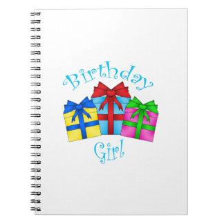 Chica del cumpleaños en azul con los presentes libretas