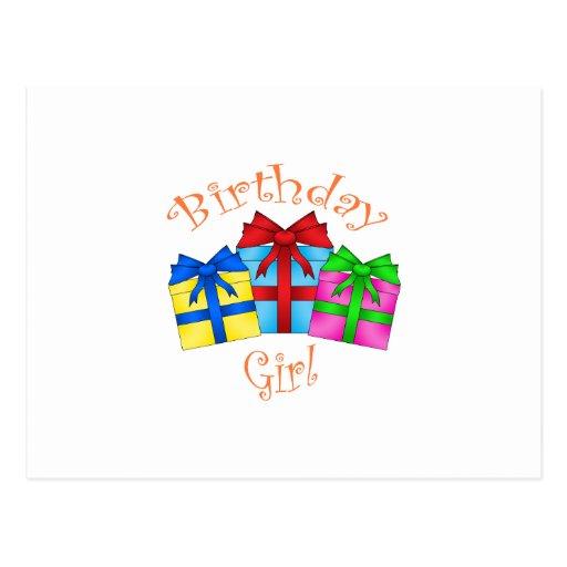 Chica del cumpleaños en naranja con los presentes tarjeta postal