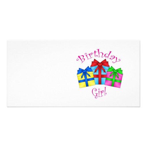 Chica del cumpleaños en rosa con los presentes tarjeta fotográfica personalizada