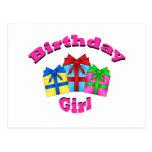 Chica del cumpleaños en rosa con los presentes postal