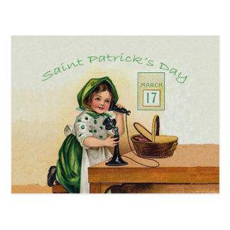 Chica del día de St Patrick del vintage Tarjeta Postal