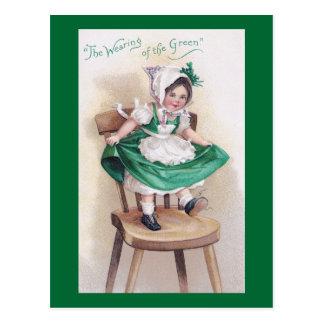 Chica del día de St Patrick en vintage de la silla Postales