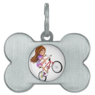 Chica del dibujo animado en la bici que hace un placas mascota